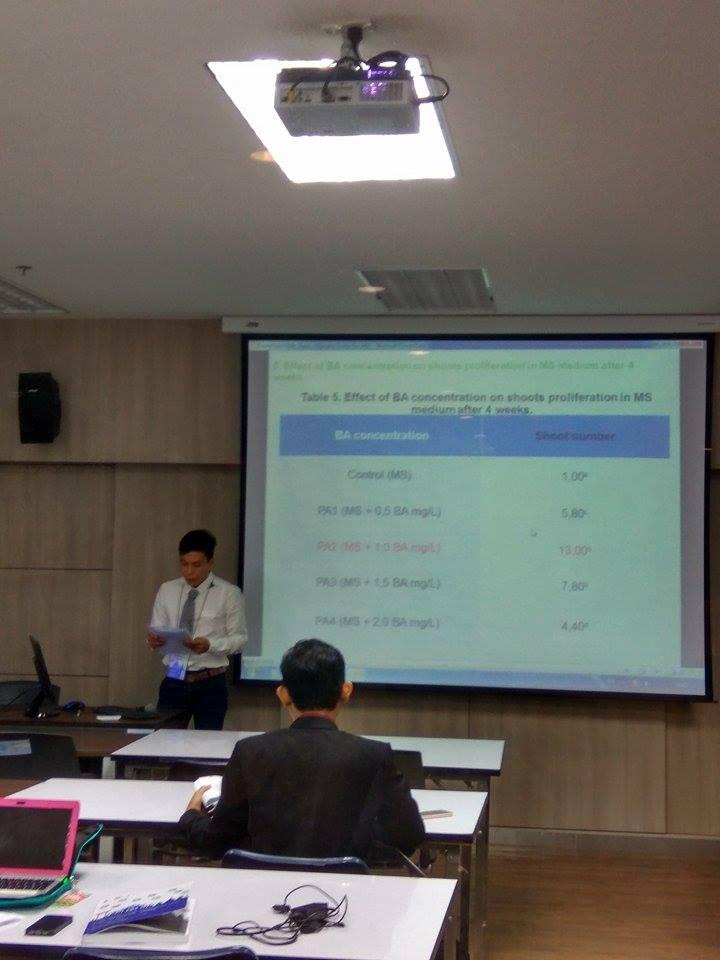 Sinh viên Nguyễn Trung Tín (SV năm 4, hình bên trái) và sinh viên Nguyễn Quốc Khánh (SV năm 3, hình bên phải) tham gia báo cáo tại Hội thảo