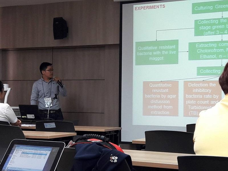 Sinh viên Nguyễn Nguyễn Minh Hoàng (SV năm 4, hình bên trái) tham gia báo cáo