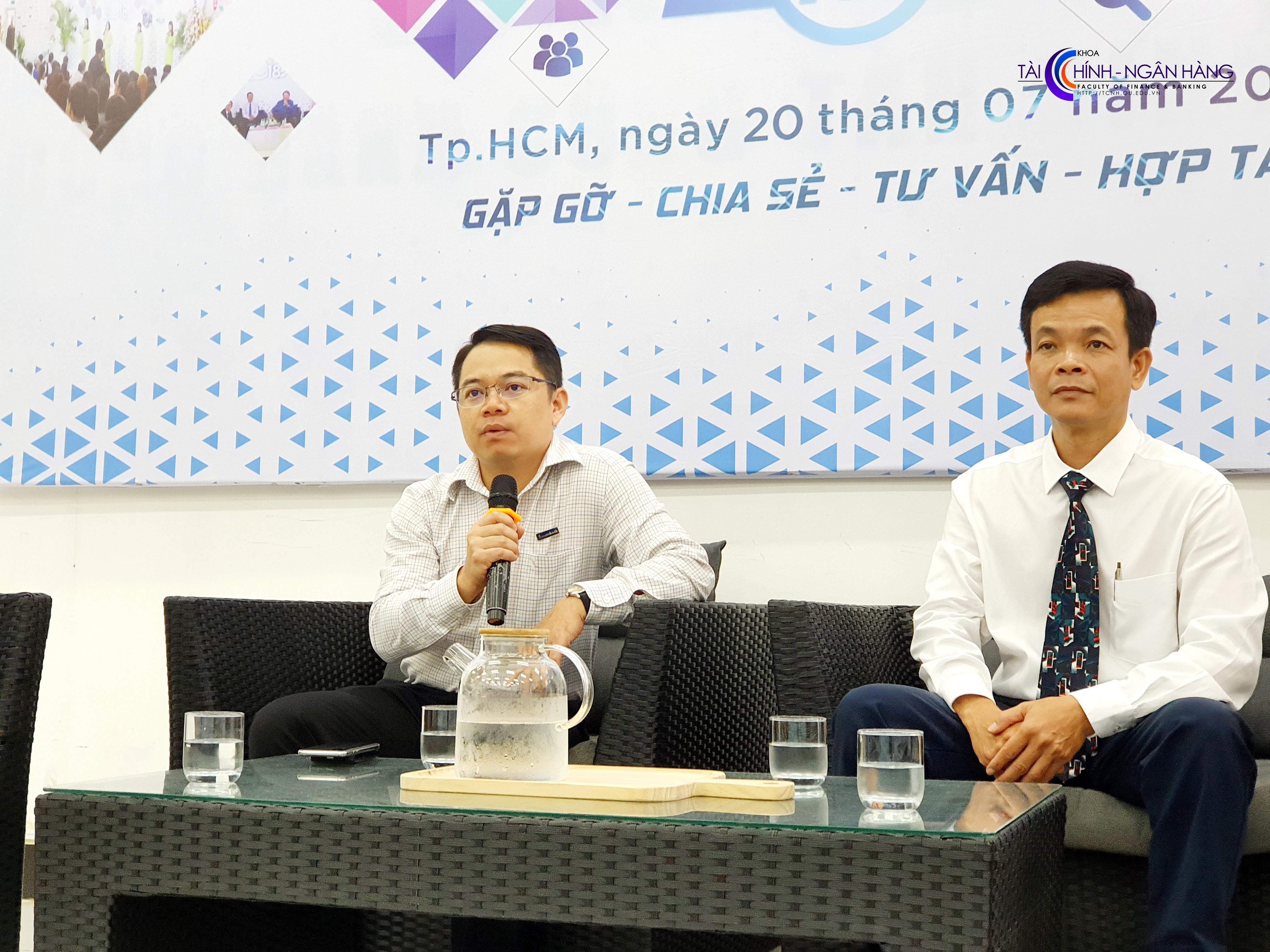 Ông Huỳnh Thiên Phú chia sẻ với sinh viên những triển vọng của ngành trong bối cảnh công nghiệp 4.0.