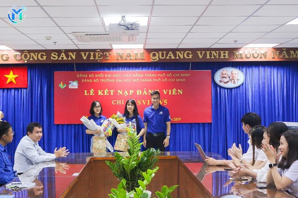 Đồng chí Trần Văn Trí, Bí thư Đoàn trường – Chỉ huy trưởng chiến dịch tặng quà chúc mừng 2 đ/c đảng viên mới là đội trưởng 2 đội hình trong chiến dịch.