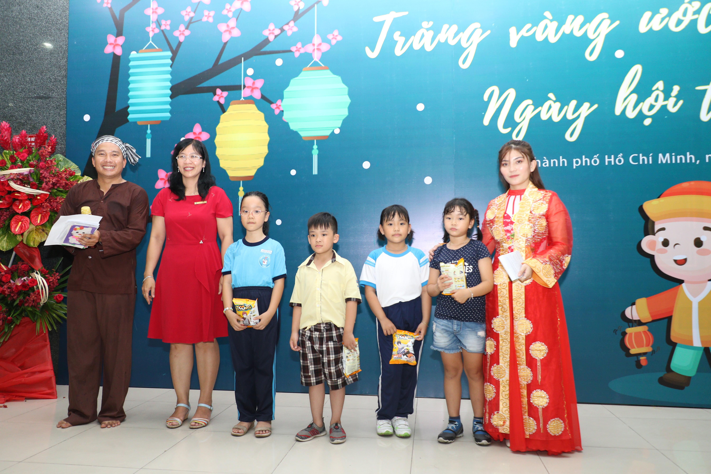 Đồng chí Hồ Minh Nhiên - Phó Chủ tịch Công đoàn Trường trao thưởng cho các bé đạt giải tranh cát