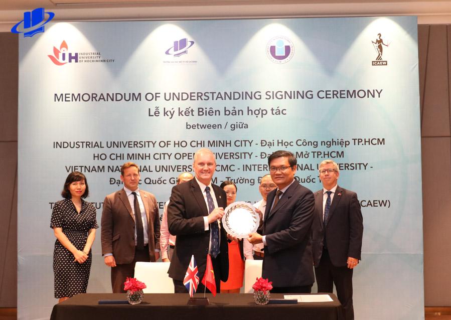Trường Đại học Mở Thành phố Hồ Chí Minh ký kết biên bản hợp tác với Viện Kế toán Công chứng Anh và xứ Wales (ICAEW)