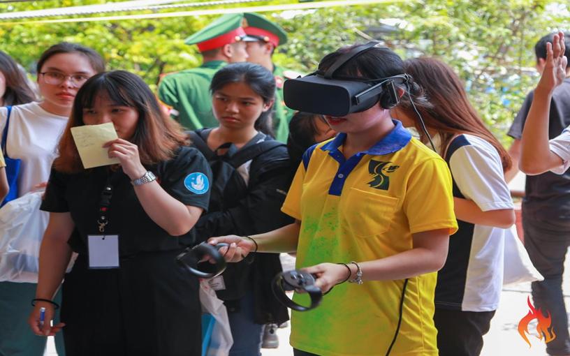 Trò chơi kính thực tế ảo với các nội dung thu hút các bạn sinh viên tham gia đông đảo.