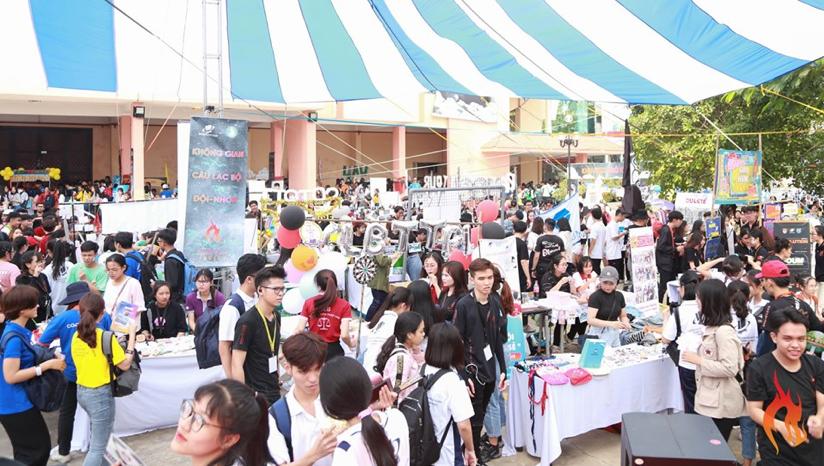 """Không gian """"Phiên chợ sinh viên"""" thu hút 55 gian hàng đến từ 11 Đoàn khoa -Liên Chi Hội khoa, 25 câu lạc bộ - đội – nhóm, và gần 20 đơn vị ngoài trường, nhà tài trợ cùng đơn vị đồng hành cũng góp mặt trong phiên chợ này."""