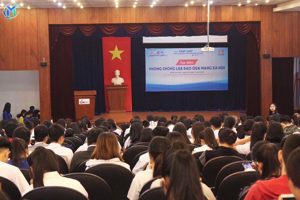 """Tọa đàm """"Phòng chống lừa đảo qua mạng xã hội"""" đã thu hút hơn 300 sinh viên tham dự."""