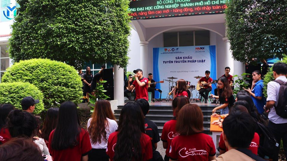 Không gian âm nhạc đường phố và sân khấu tuyên truyền pháp luật là một trong những khu vực thu hút các bạn thanh niên tham gia giao lưu giữa các câu lạc bộ - đội - nhóm giữa các trường và thanh niên khu vực quận Gò Vấp