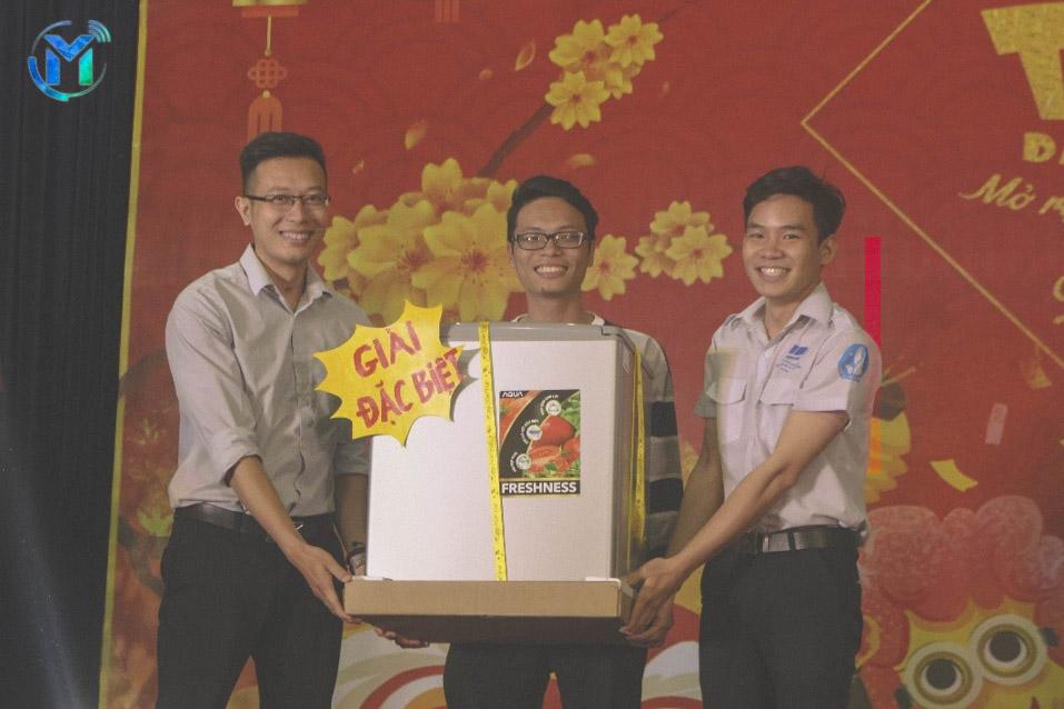 Đồng chí Trần Văn Trí – Bí Thư Đoàn trường cùng đ/c Thái Trọng Nghĩa – Chủ tịch Hội Sinh viên trường trao tặng phần quà đặc biệt cho sinh viên may mắn nhất trong ngày hội