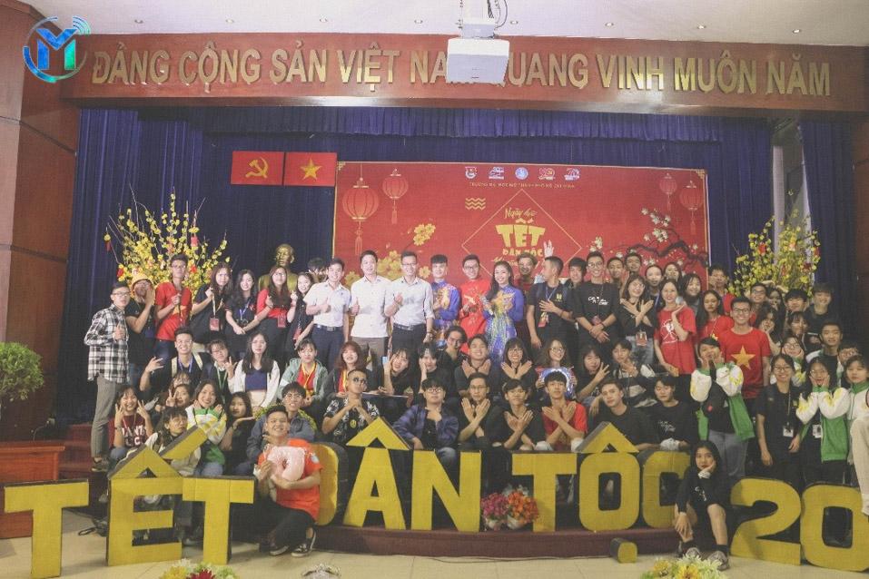 Ban tổ chức và khách mời cùng chụp ảnh lưu niệm cùng các bạn sinh viên tham gia ngày hội và đêm văn nghệ.