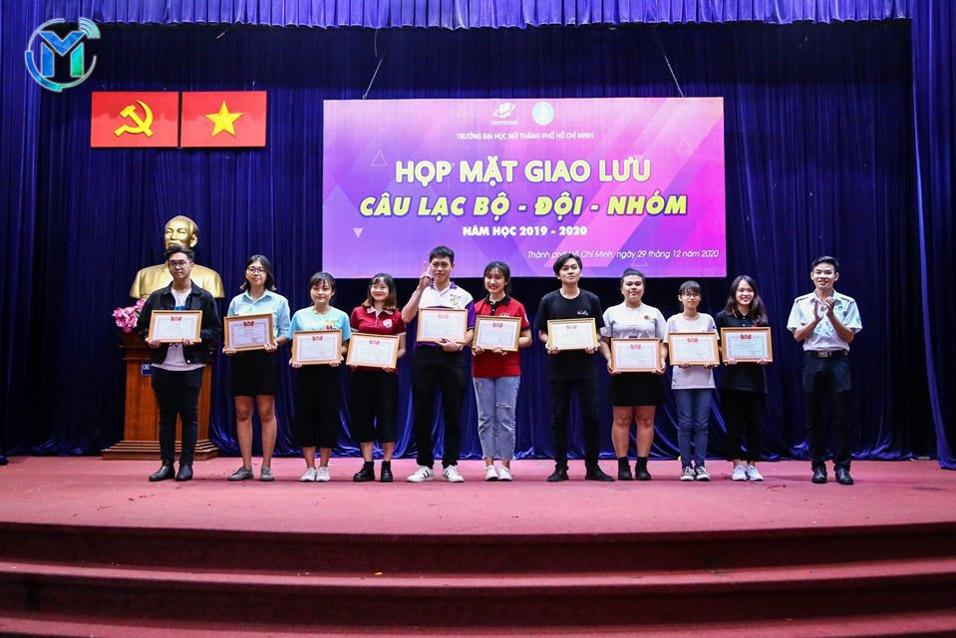 Đồng chí Thái Trọng Nghĩa – Chủ tịch Hội Sinh viên trường tặng giấy khen Hội Sinh viên trường cho 15 câu lạc bộ - đội – nhóm có thành tích xuất sắc trong năm học
