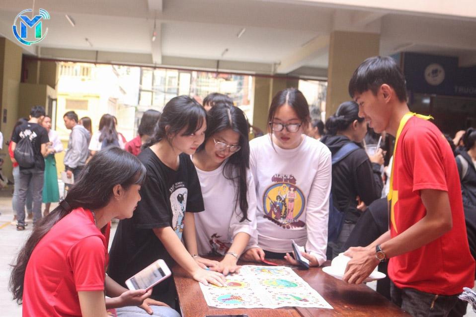 Khu vực Trò chơi dân gian ngày tết tấp nập các bạn sinh viên tham gia
