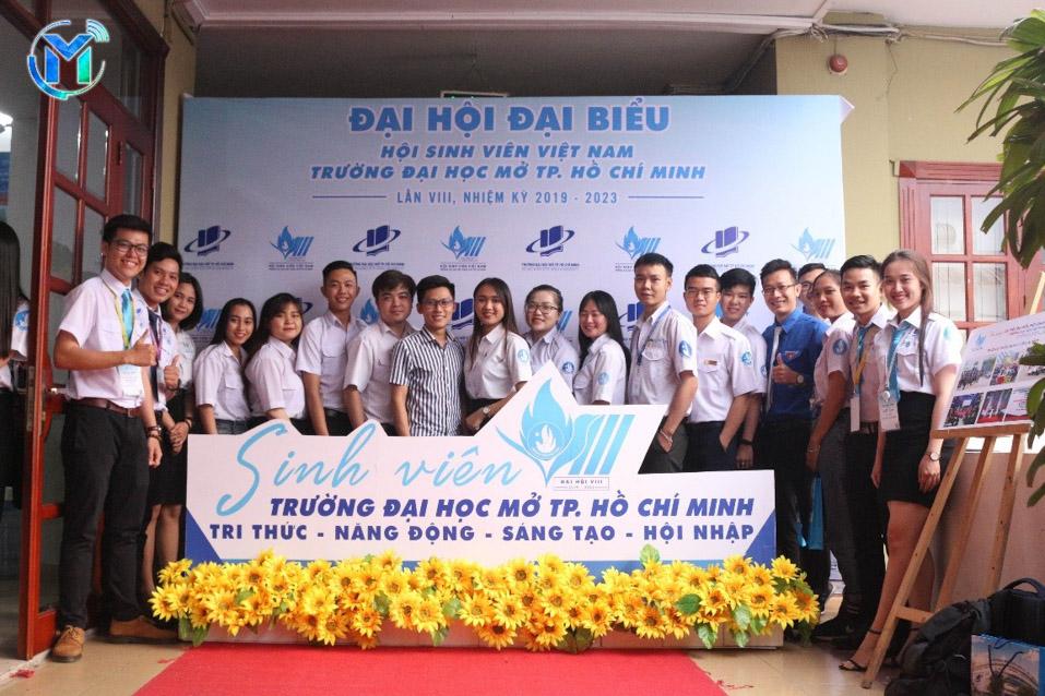 Đại diện Đoàn trường cùng Chủ tịch, Phó Chủ tịch Hội Sinh viên 12 trường đại học, cao đẳng cùng chụp ảnh lưu niệm tại đại hội.