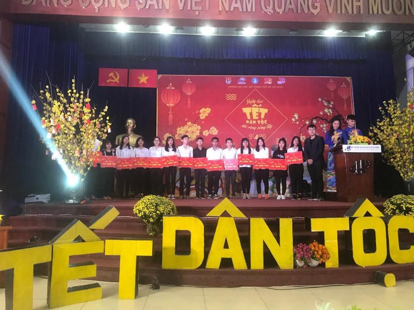 Đồng chí Nguyễn Ngọc Anh – Đảng ủy viên, Trưởng Phòng Công Tác Sinh viên tặng học bổng Tết dân tộc cho các bạn sinh viên.
