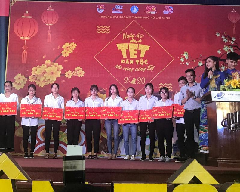 Đồng chí Trần Văn Trí – UV BCH Thành Đoàn, Bí thư Đoàn trường tặng học bổng Tết dân tộc cho các bạn sinh viên