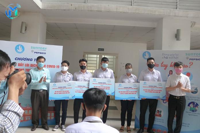 Đại diện Trung ương Hội Sinh viên Việt Nam và Thành Đoàn – Hội Sinh viên TP.HCM trao biểu trưng nước rửa tay cho đại diện Thường trực 5 Hội Sinh viên các trường Đại học trên địa bàn TP.HCM.