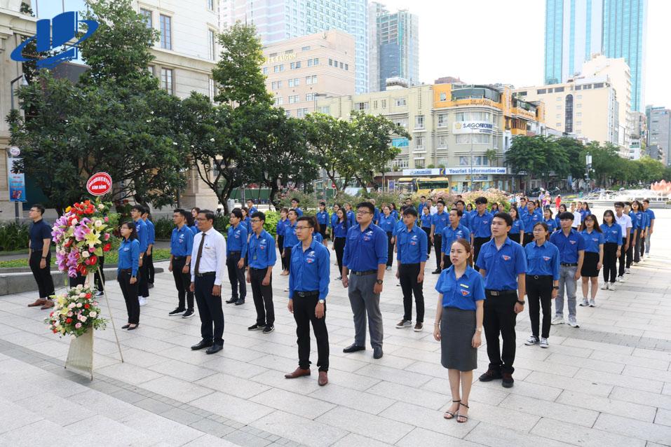Đại diện các gương thanh niên tiên tiến tiêu biểu dâng lẵng hoa tươi thắm báo công lên Bác trong buổi lễ tuyên dương.
