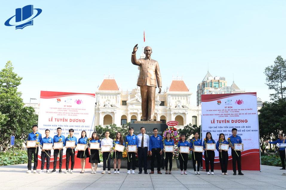 Các đại biểu khách mời và 82 gương Thanh niên tiên tiến trường đại học Mở TP.HCM làm theo lời Bác năm 2020 cùng chụp ảnh lưu niệm tại khu vực tượng đài Bác Hồ.
