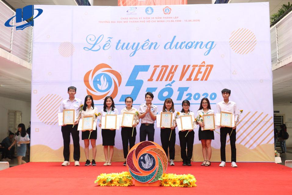 Đ/c Thái Trọng Nghĩa – UV BCH Hội Sinh viên Thành phố, Chủ tịch Hội Sinh viên trường tặng giấy khen cho các bạn sinh viên 5 tốt.