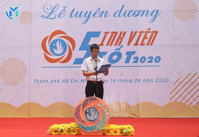 Đồng chí Nguyễn Trung Khang – Phó Chủ tịch Hội Sinh viên trường đọc quyết định khen thưởng sinh viên tiêu biểu đạt danh hiệu năm học 2018-2019