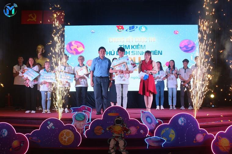 Đ/c Bùi Hữu Hồng Hải – Phó Ban Thanh niên trường học Thành Đoàn, Ủy viên Ban Thư Ký Hội Sinh viên Thành phố trao thưởng cho Quán Quân Thủ lĩnh sinh viên Nguyễn Đăng Huy.