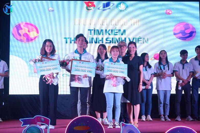 Ban giám khảo trao thưởng cho các thí sinh đạt giải trong vòng chung kết