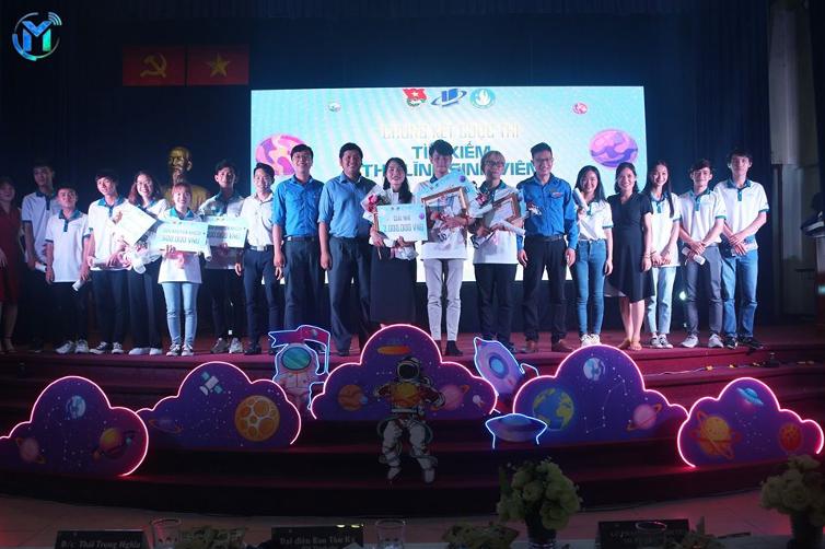Đại biểu khách mời chụp ảnh lưu niệm cùng các Thủ lĩnh sinh viên OU năm 2020