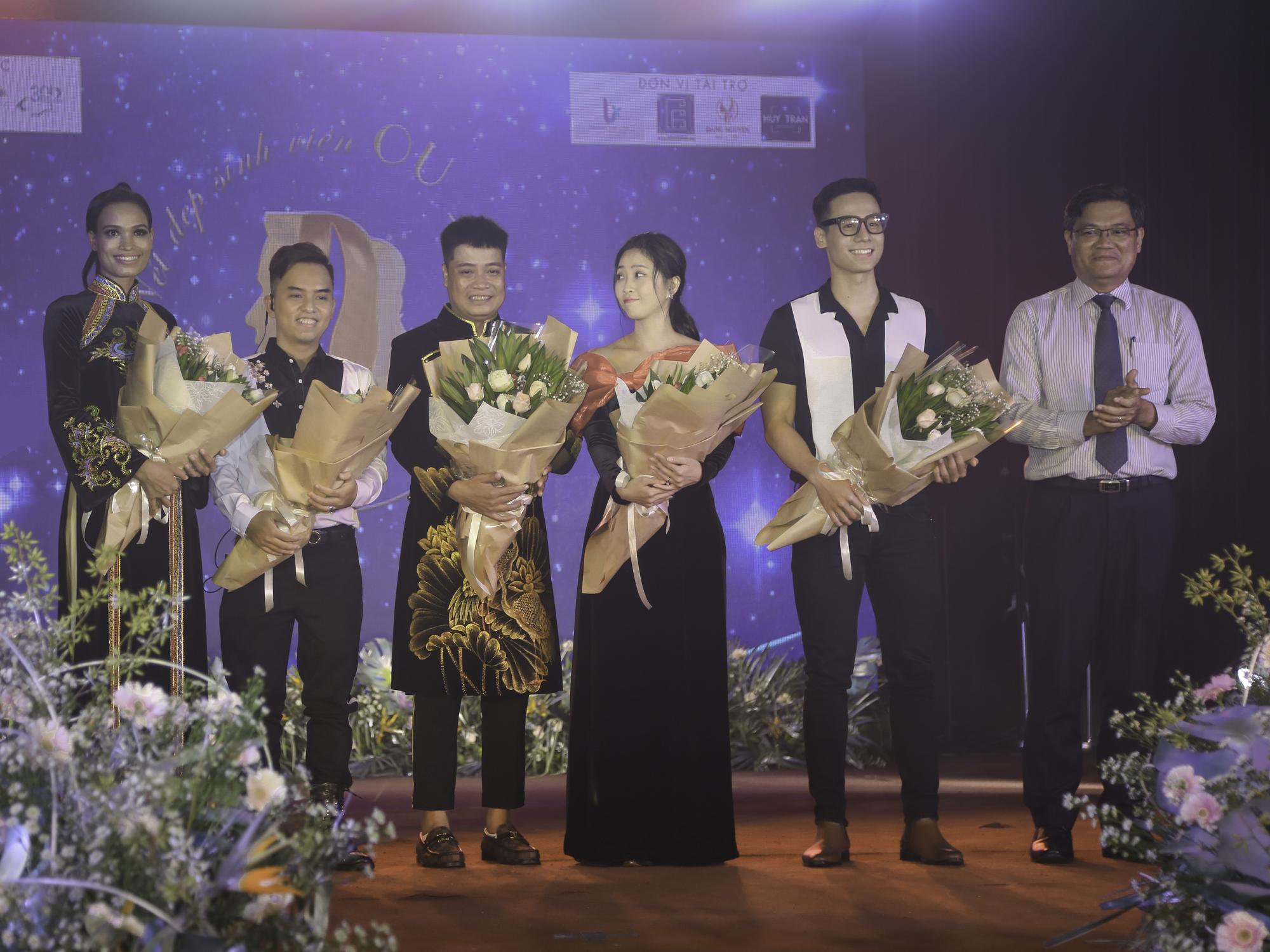Hội đồng giám khảo nhận hoa cảm ơn từ PGS.TS Nguyễn Minh Hà, Hiệu trưởng nhà trường