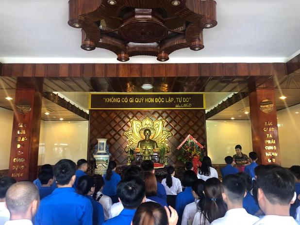 Đảng viên các chi bộ cùng Đoàn viên ưu tú thắp hương tại bảo tàng Hồ Chí Minh – Phan Thiết