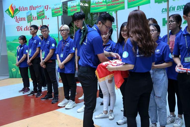 Đ/c Trần Văn Trí – Ủy viên BCH Thành Đoàn, Bí thư Đoàn trường, chỉ huy trưởng chiến dịch trao quyết định thành lập các đội hình