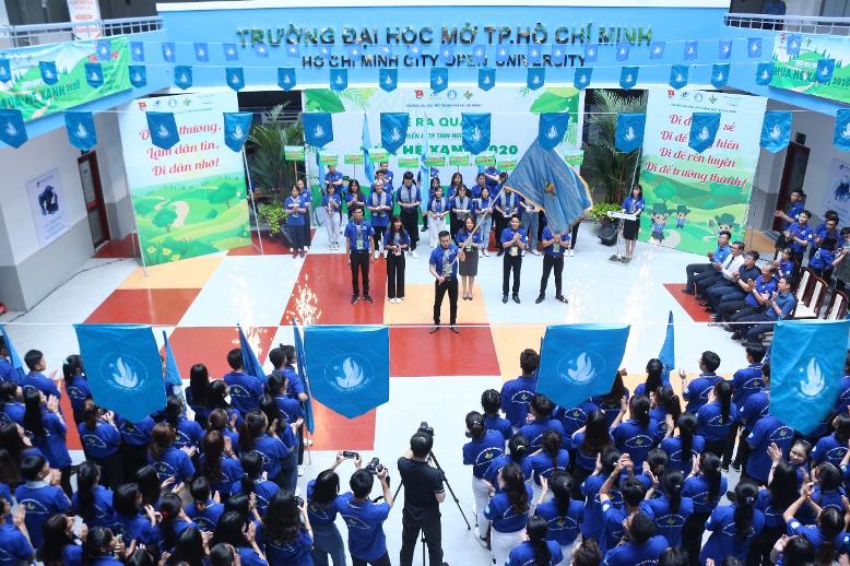 Đ/c Trần Văn Trí – Chỉ huy trưởng chiến dịch nhận cờ lệnh từ Thầy Nguyễn Minh Hà – Hiệu trưởng nhà trường và phát lệnh ra quân chiến dịch