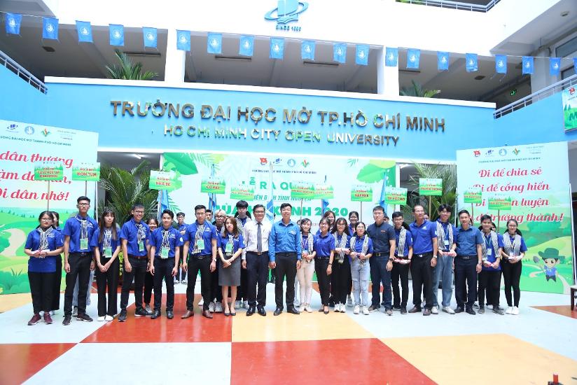 Các đại biểu khách mời chụp ảnh lưu cùng với Ban chỉ huy chiến dịch mùa hè xanh năm 2020