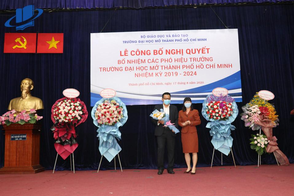 Bà Nguyễn Thị Là - Ủy viên Ban thường Vụ, Trưởng Ban Tổ chức Đảng ủy Khối Đại học, Cao đẳng TP.HCM tặng hoa chúc mừng