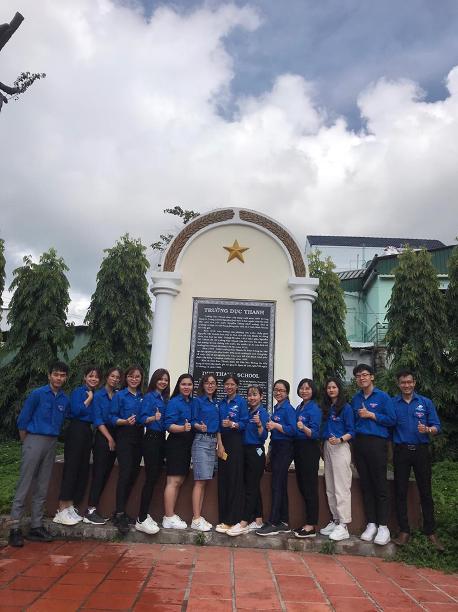 Đảng viên các chi bộ sinh viên thăm quan tại khu di tích Trường Dục Thanh