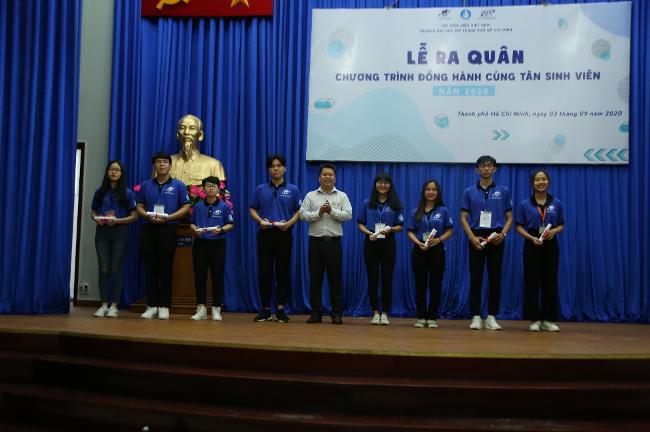 TS. Lê Nguyễn Quốc Khang – Phó Hiệu trưởng nhà trường trao quyết định công nhận cho đại diện lãnh đội các đội hình