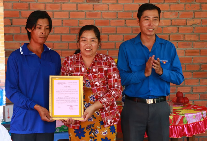 Đại diện Huyện Đoàn Tân Phước trao tặng quyết định Nhà tình thương cho hộ gia đình chị Nguyễn Thị Điệu, là hộ gia đình thuộc diện hộ nghèo của xã