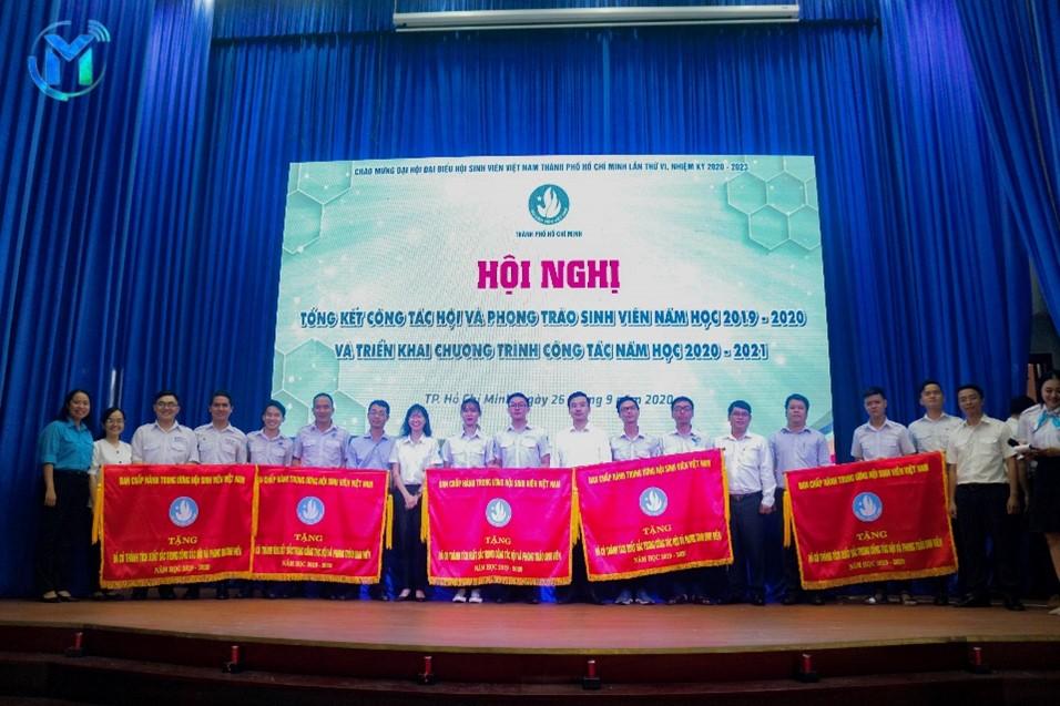 Hội Sinh viên Trường ĐH Mở TP.HCM là đơn vị xuất sắc dẫn đầu Cụm thi đua số 2, Tập thể Thường trực Hội Sinh viên trường đón nhận cờ thi đua xuất sắc của Trung ương Hội Sinh viên Việt Nam.