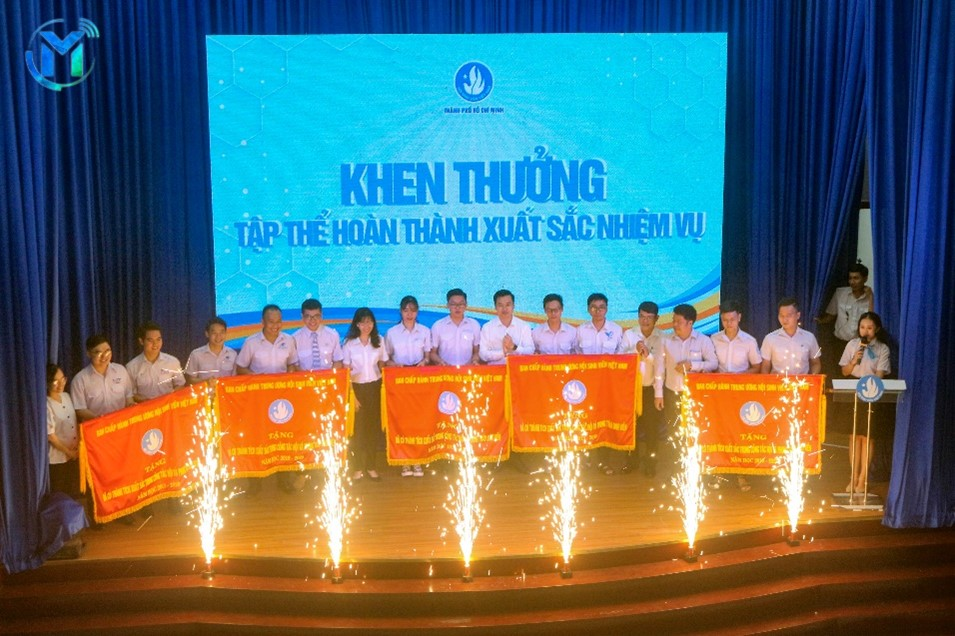 Trao cờ thi đua của Trung ương Hội Sinh viên Việt Nam dành cho 5 đơn vị hoàn thành xuất sắc và dẫn đầu 5 cụm thi đua trong công tác Hội và phong trào sinh viên thành phố.