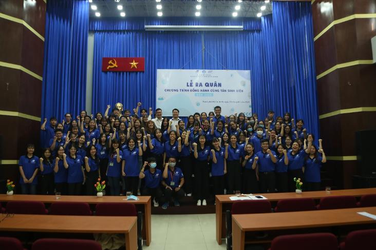 Đại biểu khách mời chụp ảnh lưu niệm cùng các tình nguyện viên các đội hình