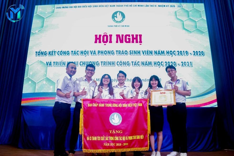 Tập thể Ban Thư Ký Hội Sinh viên trường ĐH Mở TP.HCM đón nhận Cờ thi đua đơn vị xuất sắc dẫn đầu Cụm thi đua số 2 năm học 2019-2020 do Trung ương Hội Sinh viên Việt Nam trao tặng tại Hội nghị Tổng kết