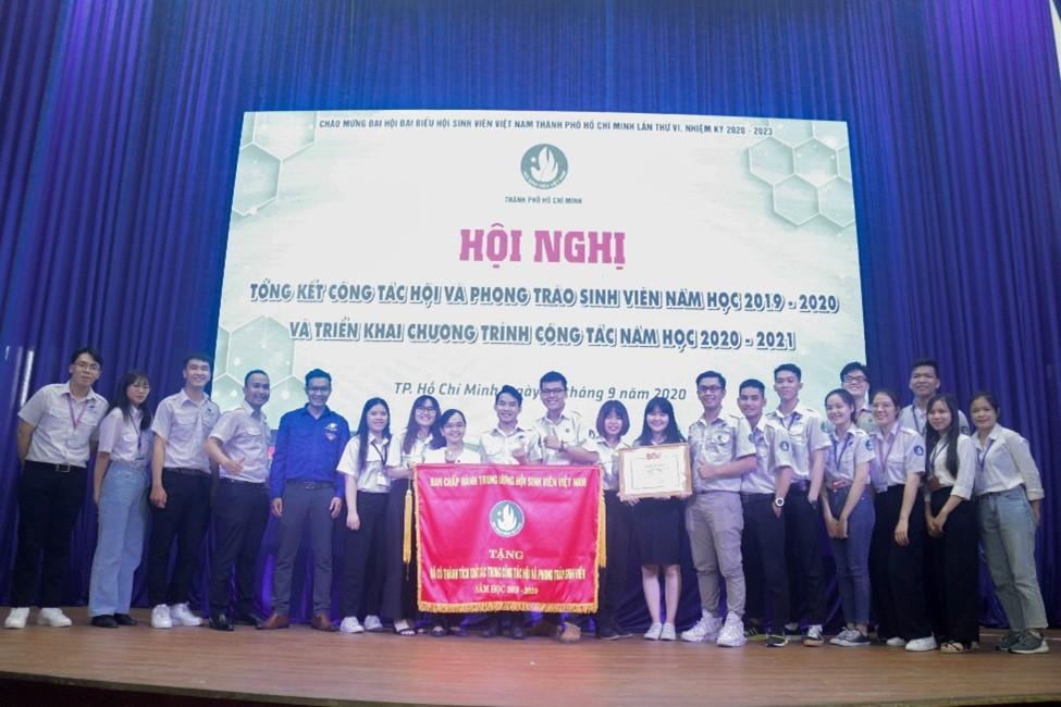 Tập thể cán bộ Hội, Hội viên trường ĐH Mở TP.HCM vui mừng đón nhận cờ thi đua và Bằng khen của Trung ương Hội Sinh viên Việt Nam