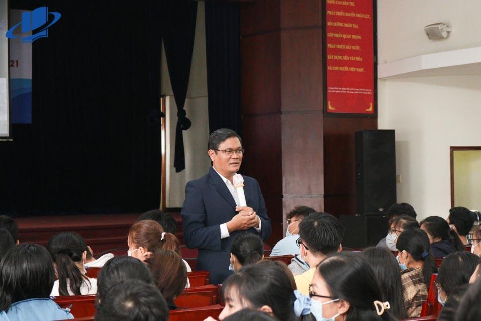 PGS.TS Nguyễn Minh Hà - Hiệu trưởng Trường chia sẻ với Tân sinh viên