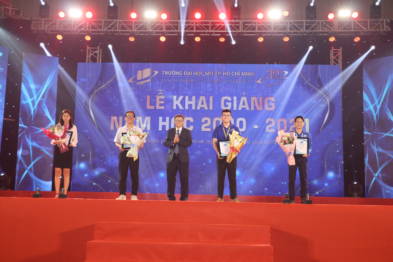 Ông Đỗ Sa Kỳ - Bí thư Đảng uỷ, Chủ tịch Hội đồng Trường tuyên dương các gương sinh viên điển hình