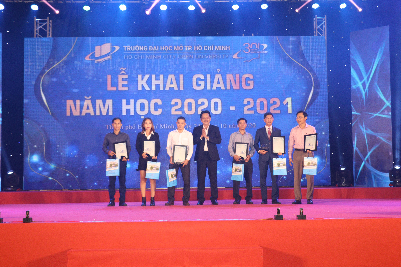 TS.GVCC Lê Xuân Trường - Phó Hiệu trưởng Trường trao Thư cảm ơn và Kỷ niệm chương cho các Doanh nghiệp đồng hành