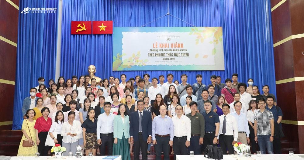 Anh/Chị tân sinh viên Cử nhân trực tuyến khóa 03/2020 chụp ảnh lưu niệm cùng lãnh đạo Nhà trường