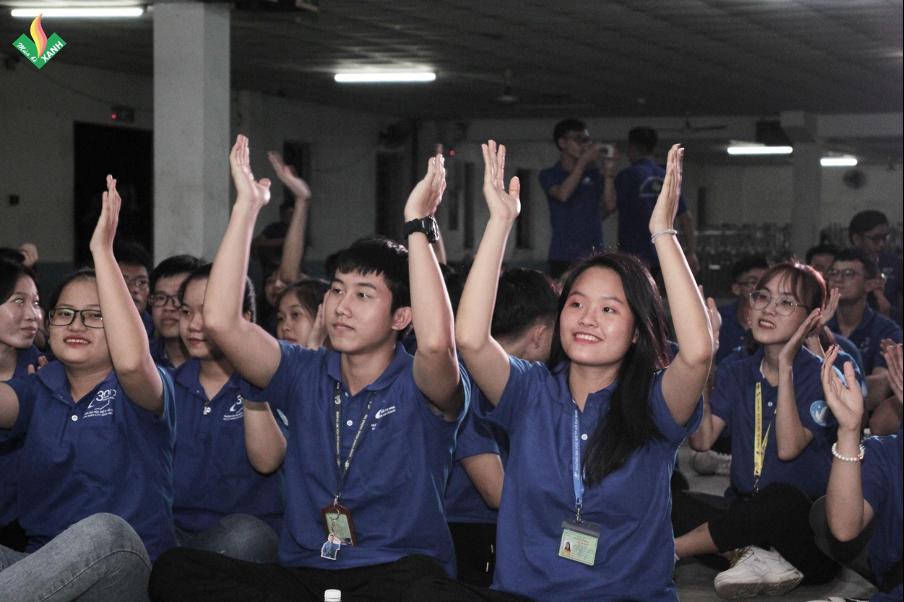 Các chiến sĩ tình nguyện hòa trong không khí vui tươi cùng âm nhạc