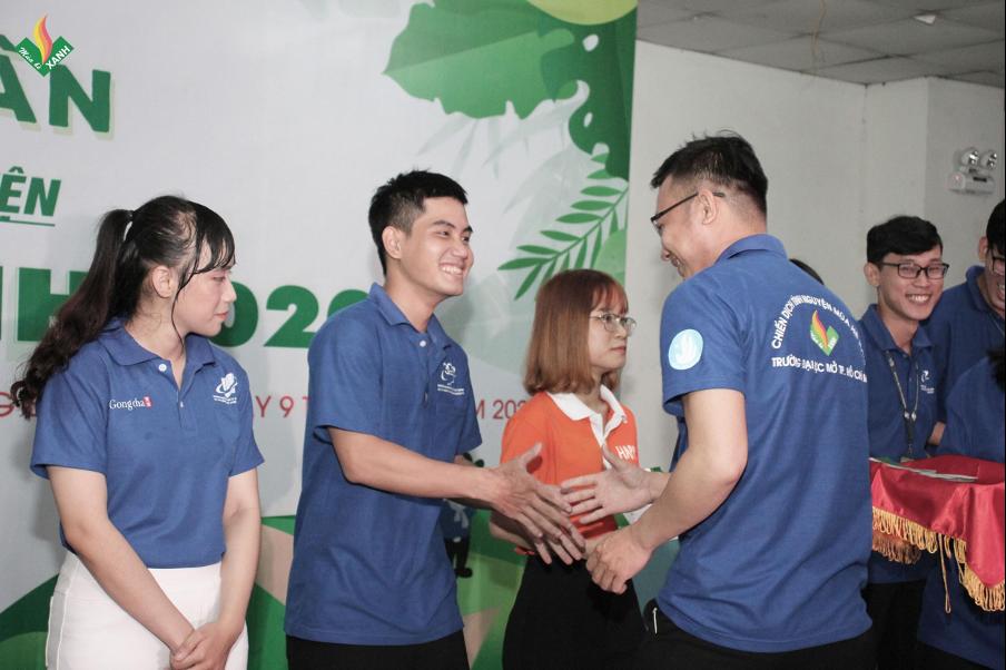 Đ/c Trần Văn Trí - Bí thư Đoàn trường trao giấy chứng nhận cho các đội hình