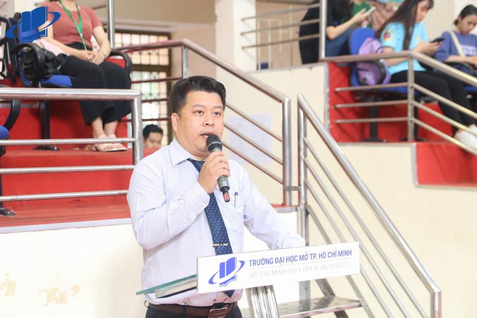 TS. Lê Nguyễn Quốc Khang - Phó hiệu trưởng Trường Đại học Mở TPHCM phát biểu khai mạc Hội thao