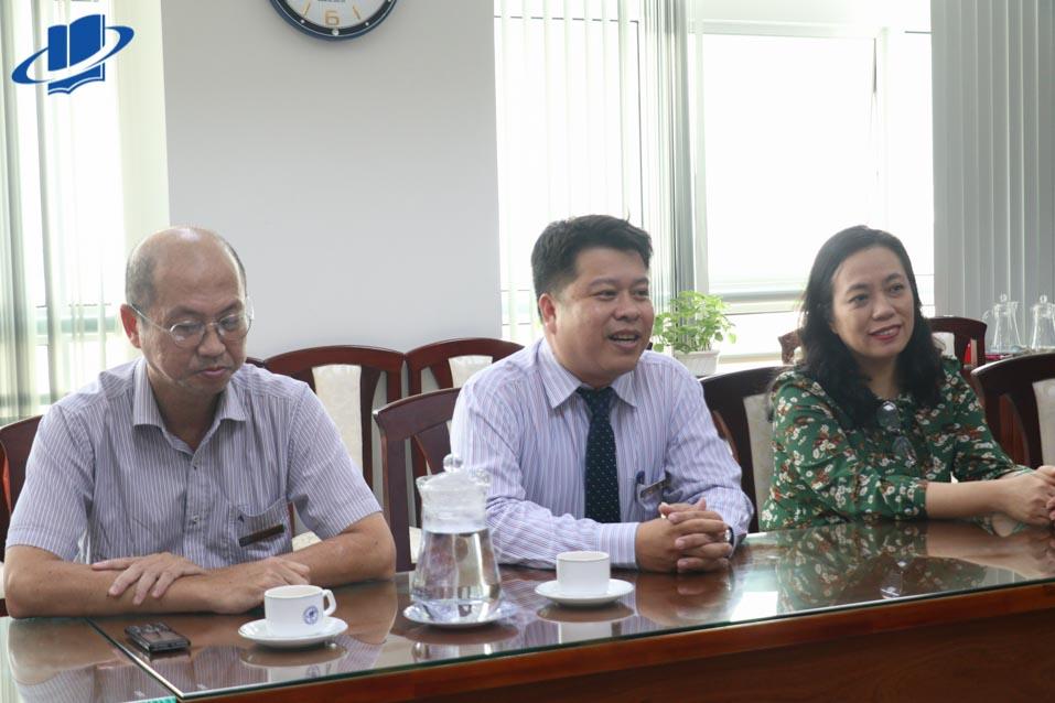 TS. Lê Nguyễn Quốc Khang (giữa) - Phó Hiệu trưởng Trường