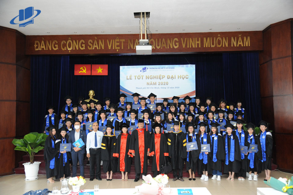 Trường ĐH Mở TPHCM trao bằng tốt nghiệp cho gần 2.000 tân cử nhân