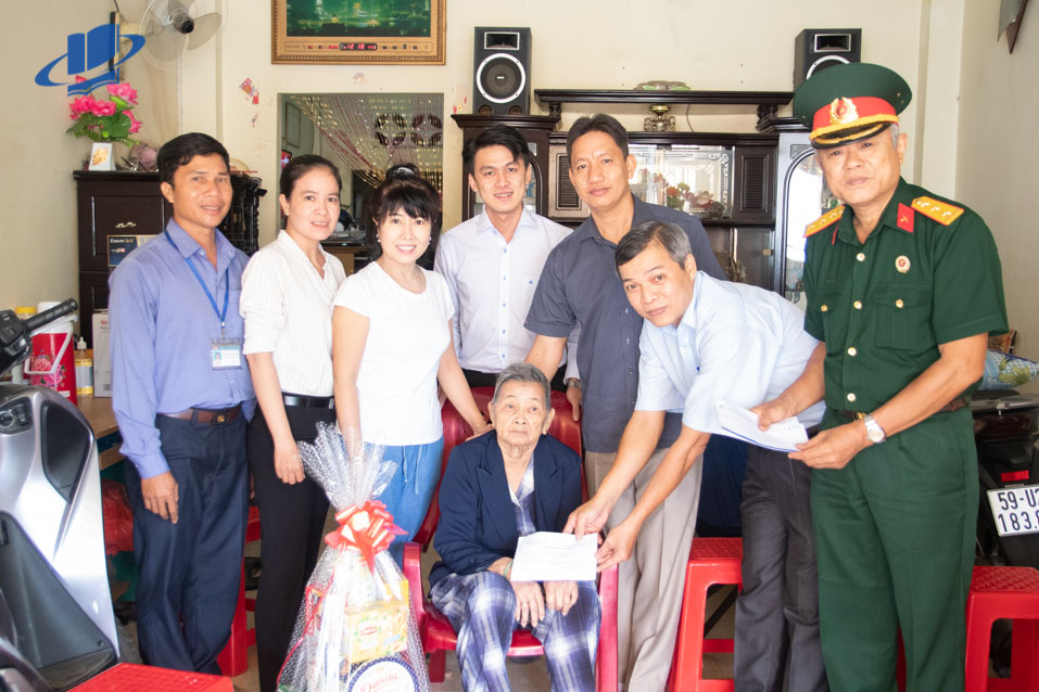Đại diện Trường ĐH Mở TPHCM thăm và tặng quà cho các Mẹ Việt Nam anh hùng