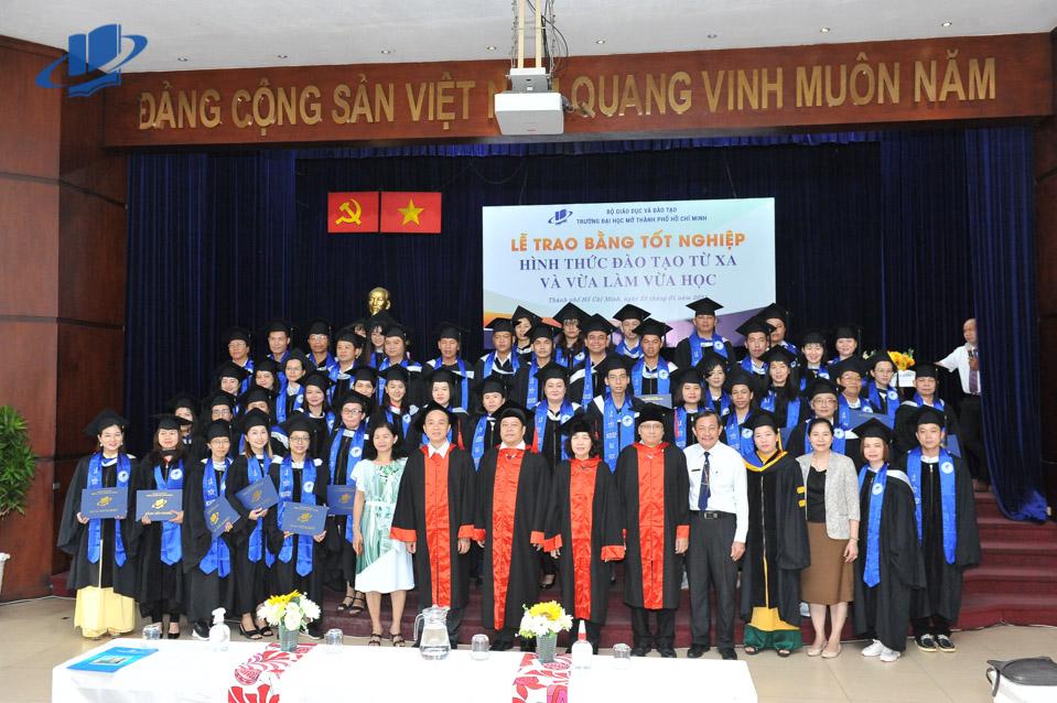 Trường ĐH Mở TPHCM trao bằng tốt nghiệp hình thức đào tạo từ và vừa làm vừa học